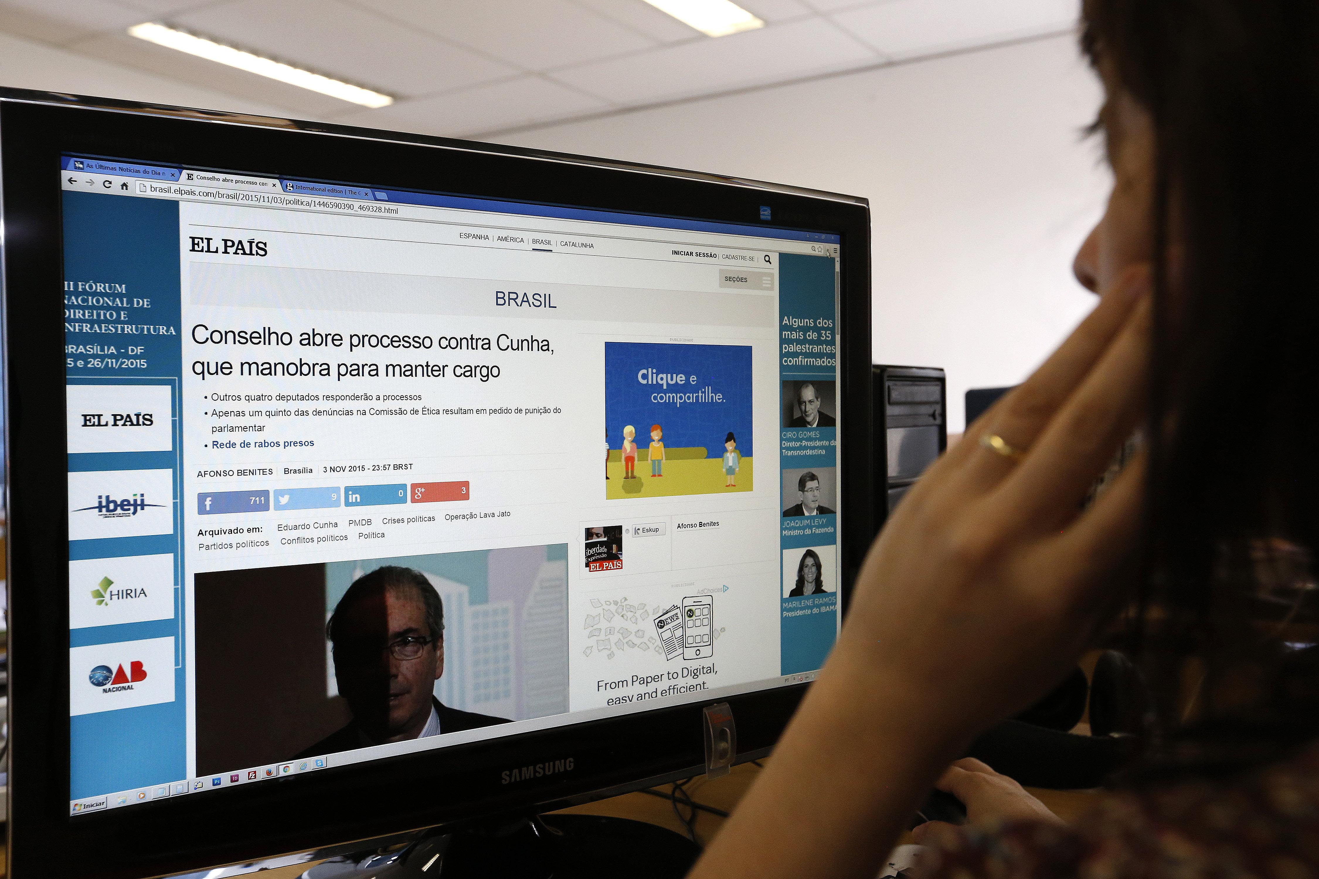 Usuário lendo noticias no computador.